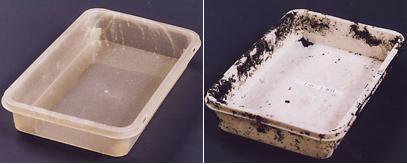 納豆樹脂を応用した、生分解性の包装容器。土に埋設する前の状態(写真左)と埋設して1か月後(写真右)の様子。土に埋めると微生物によって水と炭酸ガスに分解されるので、環境にも優しい。廃棄物を減らすことができると商品化が期待されている