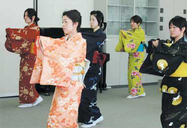 大学の授業の様子。着物を着て、日本舞踊など、立ち居振る舞いを教えている<写真提供:TU・TI編集室>