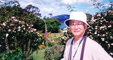 花を訪ねて世界各国を旅する米田氏。タスマニアにて〈写真提供:米田芳秋氏〉