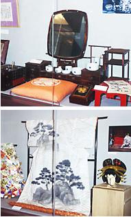 1999年4月1日まで行なわれいた『中村歌右衛門展』。五世歌右衛門が使用していた鏡台(写真上)<br>五世歌右衛門が使用していた衣装類(写真下)