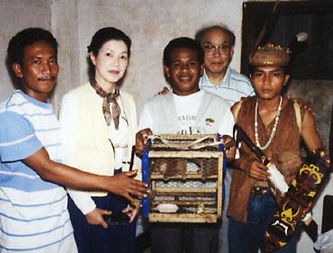 ボルネオ島の先住民族ダヤク族の香具師達と