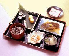 江戸東京博物館の企画展「こどもの世界−ひな・きもの・おもちゃ−」(2002年2月26日−4月7日開催)にちなみに献立を立てたという「明治の雛祭り膳」。期間中、館内の食堂「モア」のメニューとして人気を博した。小豆飯、しじみのみそ汁、かれいの煮付け、赤貝と大根のなます、盛り合わせ(小巻玉子焼き、赤白蒲鉾、小巻すし)に、雛あられが付いている