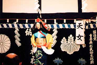 同町の大償(おおつぐない)神楽(国指定重要無形民俗文化財)。伝統的な踊りが伝承されていく<写真提供:大石泰夫氏>