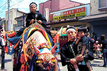 盛岡県滝沢村のチャグチャグ馬子。美しく着飾った馬たちが街中を練り歩く。大石先生と2人の息子さんも参加<写真提供:大石泰夫氏>