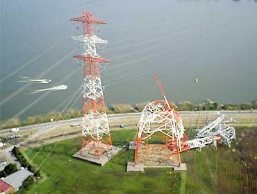 2002年10月に茨城県潮来市で起きた鉄塔倒壊被害の様子〈写真提供:野村卓史氏〉