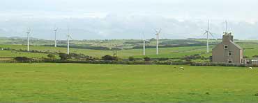 イギリス・ウェールズからアイルランドを望むアングルジー島のウィンドファーム〈写真提供:野村卓史氏〉