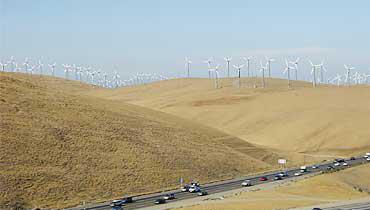 アメリカ・カリフォルニア州オークランド市からリバモア市に抜ける「Altamont Pass」のウィンドファーム。