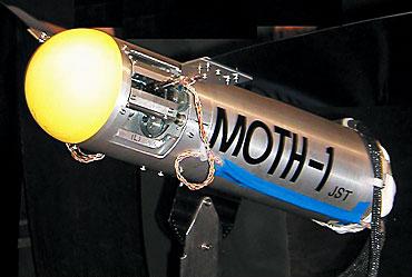 「MOTH-1」と名付けた羽ばたきロボット。風洞を使ってシミュレーターの実力を検証中(写真提供:劉浩氏)