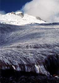 夏のヤラ氷河。糸状藍藻が大増殖し、氷河の表面が真っ黒になってしまっている