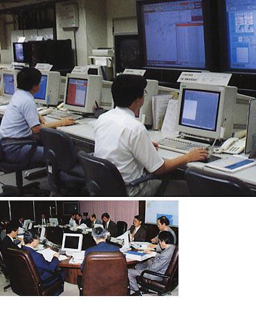 気象庁では、地震活動・地殻活動・津波実況などのデータをリアルタイムで処理し、総合的に監視している(上)。(写真提供:気象庁)<br>各種データに以上が認められた場合に、判定会が開かれ、大規模な地震の前ぶれかどうか検討する(左)。(写真提供:気象庁)