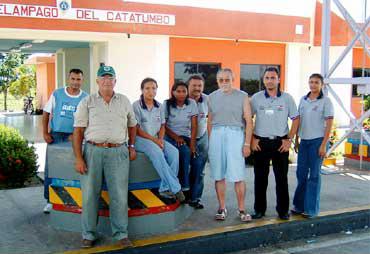 ベネズエラ・マラカイポ市郊外にて。右から3番目が河崎氏。この地は、いつも同じ場所が光り、電光を灯台代わりにすることから「自然の灯台」と呼ばれている(写真提供:河崎善一郎氏)