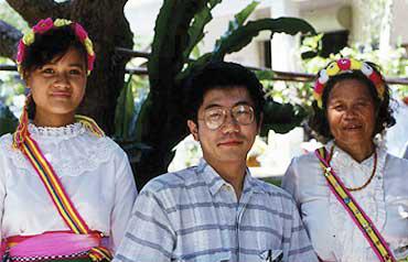 台湾での調査で現地の人と。アジアを中心に遺伝的近縁関係の解析も研究している〈写真提供:斎藤成也氏〉