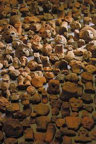 山梨県釈迦堂遺跡から出土した、おびただしい数の破片にされた土偶