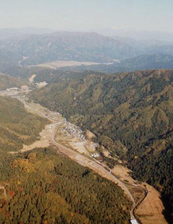 まさに山の谷間に位置する一乗谷遺跡<写真提供:福井県立一乗谷朝倉氏遺跡資料館>