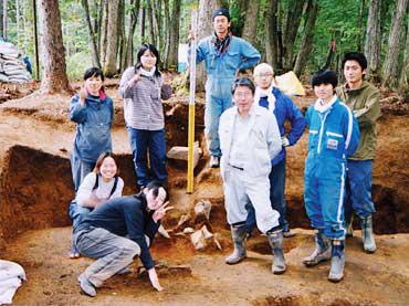 岩手県九戸村黒山の昔穴遺跡を掘りあげた後の、学生との記念写真<資料提供:工藤雅樹氏>