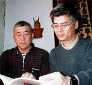 「ビギン川のほとりで」著者のアレクサンドル・カンチュガさん(写真左)と津曲氏(写真提供:津曲敏郎氏)