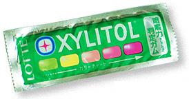 製菓会社と共同開発した「咀嚼力判定ガム」。しっかりと噛むことができれば、黄緑色から赤色に変色する。パッケージに記載されているカラースケールと比較し、咀嚼能力を判定する<資料提供:早川巌氏>