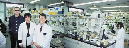 創薬科学フロンティア研究センターの研究室の様子。木曽氏は、ペプチド科学が専門で、ペプチド合成化学研究を行なっている<写真提供:木曽良明氏>