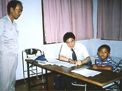 タンザニアにて。アフリカでの在留邦人のための巡回健康相談の様子(写真提供:濱田篤郎)