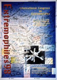 掘越氏の呼び掛けで始まった、微生物学のシンポジウム「Extrem-ophiles(極限微生物)'98」。そのポスターには、世界各国から集まった研究者達のサインが記念に書き記されている