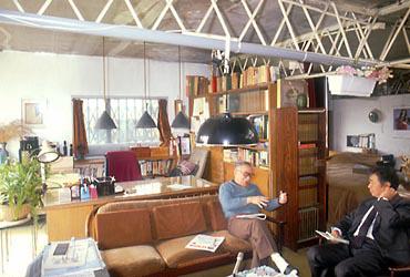 建築家・清家清氏設計の宮城氏邸にて。間仕切りがなく家全体が家族共有の空間になっている。