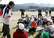 愛知県内の小学校でオリエンテーリングの指導にあたっている村越先生。この模様は、NHK中部「ほっとイブニング」スポーツコーナーで放送された(写真提供:村越真氏)