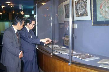 天文博物館・五島プラネタリウム(東京・渋谷)館内に展示してある古い星図を見ながら
