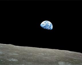 月周回衛生SELENE(セレーネ)はアポロ計画以来の本格的な月探査機で、月上空から月全面を観察する。お茶の間のハイビジョンでは月周遊旅行や、青白い地球の姿も楽しめそうだ<出典:NASA>