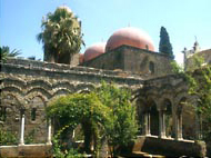 ロゲリウス2世によって建てられたサン・ジョヴァンニ・デリ・エレミティ教会。赤い丸い屋根はオリエンタルな異国情緒を漂わせている。今でもイスラム風庭園が残っている<撮影:高山博氏>