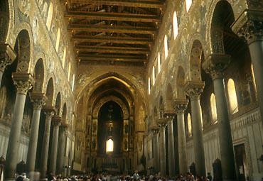 「シチリアで最も美しいノルマン建築」と評されるモンアーレ大聖堂内部は黄金色や青、赤、緑のモザイクが壁一面を覆っている<撮影:高山博氏>