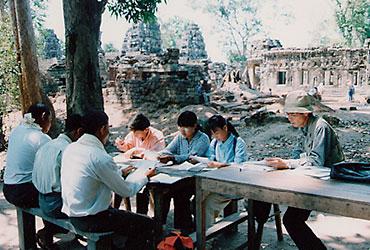 現地の人々に、遺跡の保存・修復を教授する石澤氏。カンボジアにて<写真提供:石澤良昭氏>