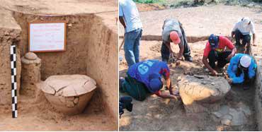 発掘作業中のスタッフたち(右)発掘された甕棺(かめかん)(左)