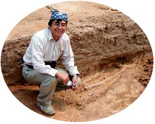 ロマの発掘調査中の実松氏