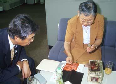 中村氏が採集したミミズを観ながら話が弾んだ