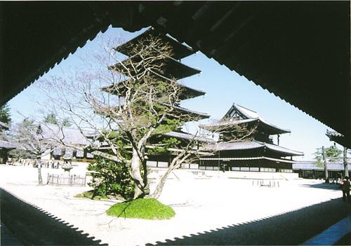 回廊に囲まれた白砂の聖域。手前に五重塔、右手奥が金堂。左手奥に講堂が見える