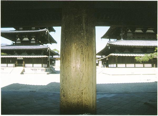 法隆寺、中門の真ん中に立つ柱。左に五重塔、右には金堂が見える<写真提供:武澤秀一氏>