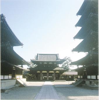 かつてあった回廊の位置から中門を見返す。真ん中の柱が全体の構図を引き締めている