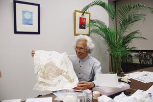 日本オリベッティ�(現:NTTデータ ジェトロニクス�)がはじめてつくった「ミウラ折り」の地図を展開する三浦先生