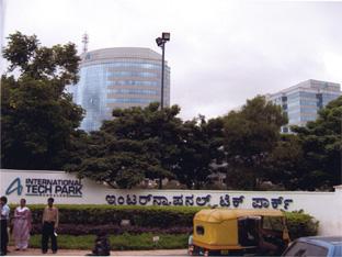 IT産業が驚異的な成長を続けているインド都市部には、高層ビルが林立するビジネス街も〈写真提供:重松伸司氏〉