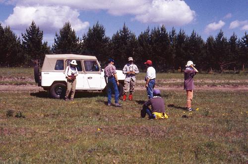 (写真上)内蒙古自治区フールンベイル盟の大興安嶺西部の草原-森林推移帯でのオオカミの糞探し風景(1996年6月)。(写真下)オオカミの糞。内容物を調べることにより、何を食べているのか知ることができる<写真提供:丸山直樹氏>
