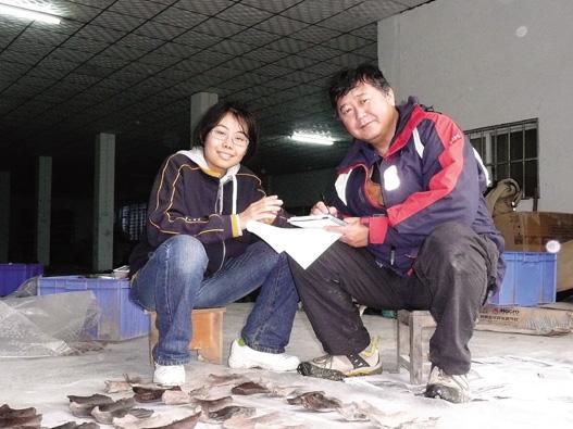 中国浙江省にある田螺山遺跡にて、北京大学大学院の動物考古学専攻の学生に出土した動物骨の観察法を指導中。同遺跡は、約7000年前に稲作を行なっていた集落〈写真提供:松井 章氏〉