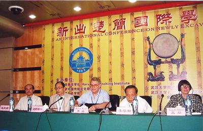 竹簡の出土により、各国の研究者が活発に研究している。武漢大学(中国)で浅野氏が開会スピーチを行なった「新出楚簡国際学会」の様子。
