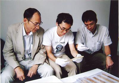 中国・湖南省長沙で「里耶楚簡」の実物を調査する浅野氏と研究員<写真提供:浅野裕一氏>
