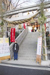 日本の神社の前での記念写真