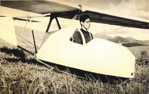 1952年、長野県諏訪市霧ケ峰において行なわれた、戦後第一回目の学連滑空訓練に参加する東氏〈写真提供:東 昭氏〉