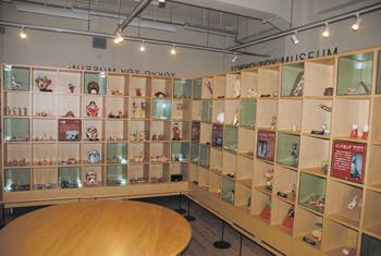 世界各国のおもちゃ約10万点を所蔵する「東京おもちゃ美術館」。おもちゃにまつわる文化や歴史などを紹介しているほか、入場者が実際におもちゃで遊んだり、作ったりすることができる