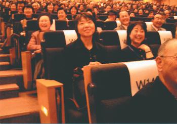 「笑い」の実験2日目の漫才実演時の様子〈写真提供:村上和雄氏〉
