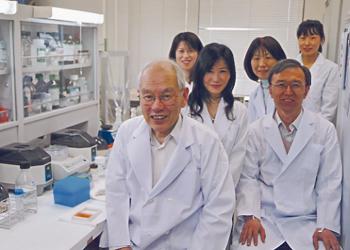 研究室での村上先生(写真下)。「祈り」と「遺伝子」の関係に取り組み、サムシング・グレートの謎に迫る〈写真提供:村上和雄氏〉