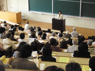 埼玉学園大学の公開講座で、女性史をテーマに講演する服藤氏。幅広い年齢層の受講生が参加する人気の高い講座で、多くの受講生から好評を得ているという〈写真提供:服藤早苗氏〉