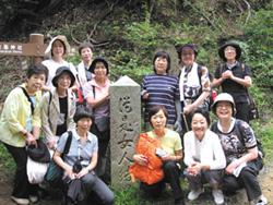 奈良県・山上ヶ岳にある女人結界石前での一枚